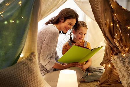 母女帐篷里看书图片
