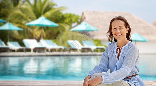 人与休闲的快乐的微笑女人游泳池的旅游度假背景快乐的女人旅游胜地的游泳池上图片