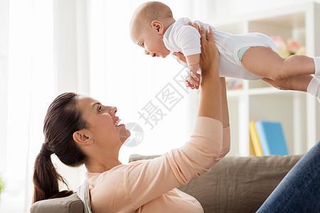 家庭,母亲人的快乐的母亲家里小男孩玩耍快乐的妈妈家里小男孩玩图片