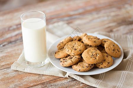 食物,垃圾食品饮食燕麦饼干与巧克力片杯牛奶盘子里燕麦片饼干杯牛奶图片