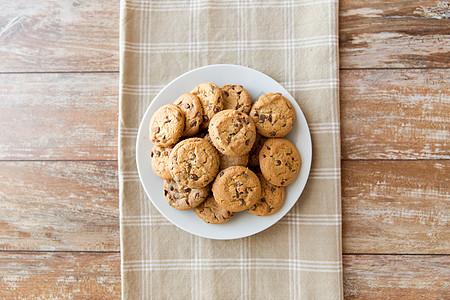 食物,垃圾食品饮食燕麦饼干与巧克力片盘子里把燕麦饼干放盘子里图片