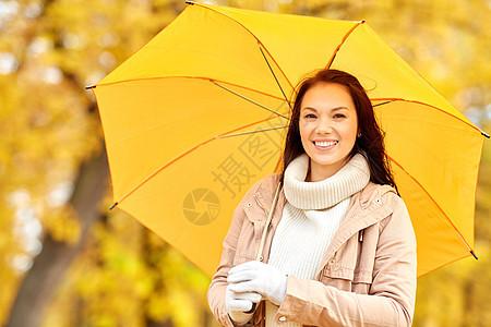 季节,天气人的美丽的快乐轻女子带着雨伞秋天的公园秋天公园里带着雨伞的快乐女人图片