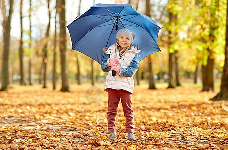 童,季节天气快乐的小女孩带着雨伞秋天的公园秋天公园里带着雨伞的快乐小女孩图片
