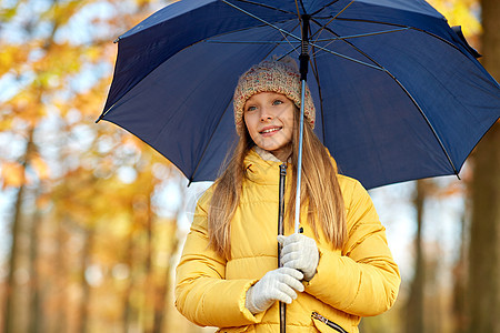 季节天气快乐的女孩带着雨伞秋天的公园秋天公园带伞的快乐女孩图片