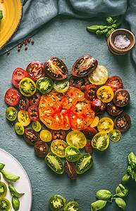用五颜六色的西红柿切片制成的心,俯视图图片