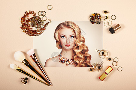 时尚女士配饰拼贴法尔特躺着美容摄影化妆刷珠宝口红时尚肖像轻美丽的女人,优雅的发型图片