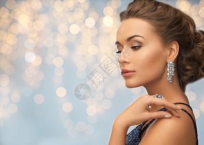 人,假日,珠宝豪华女人晚礼服与钻石耳环灯光背景图片