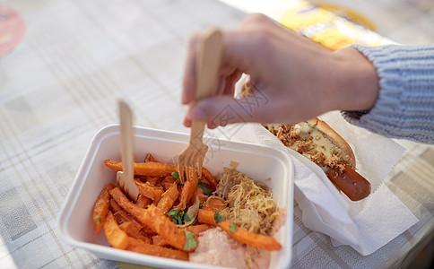 快餐,人健康的饮食观念户外次盘子里用热狗红薯关门用热狗红薯紧紧握住手图片