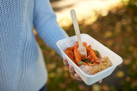 快餐,人健康的饮食近距离用手次盘子与红薯叉子用红薯紧紧握住盘子图片