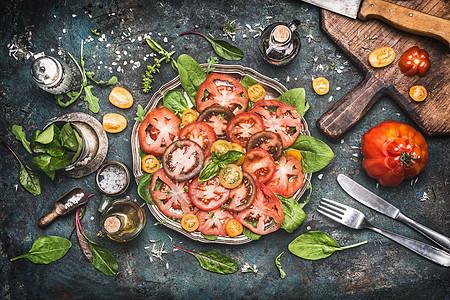 经典的传统西红柿马苏里拉沙拉,黑暗的乡村厨房桌子上准备食材,砧板餐具,俯视图图片