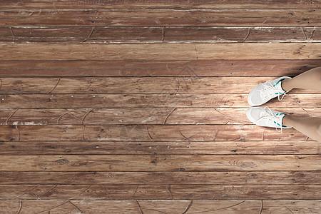 穿着运动鞋女脚穿白色运动鞋的俯视图图片