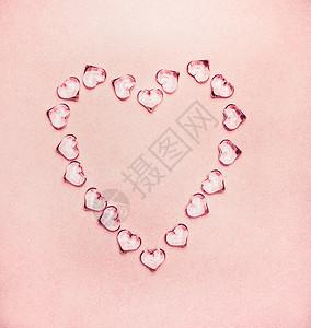 心脏由璃心制成,背景为淡粉色,俯视图图片