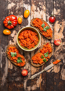 带西红柿的素食小吃铺包上,俯视图健康食品的图片