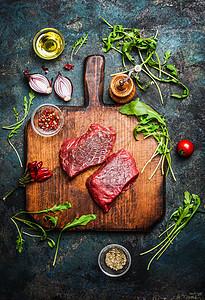 美味的牛排老式砧板上,新鲜的各种原料,乡村木制背景上进行美味的烹饪,俯视图图片