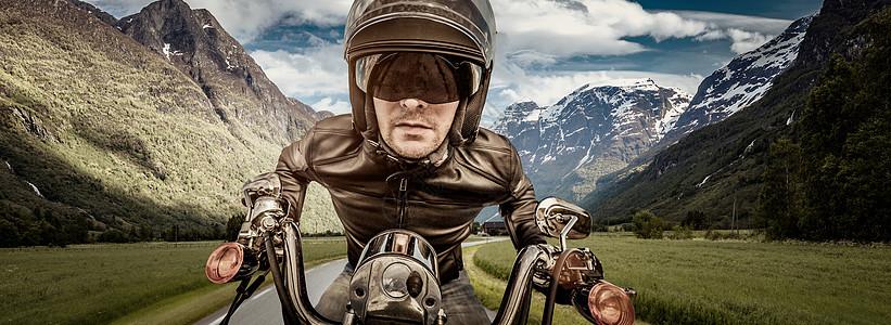 骑自行车的头盔皮夹克路上赛车图片