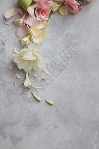 花装饰的俯视图,混凝土背景上文字的的花的成图片