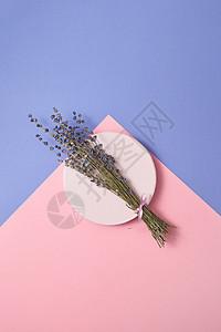 天然的薰衣草花枝圆形陶瓷板上的双调背景,火化卡俯视图盘子里放片淡紫色的折痕图片