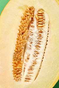 新鲜成熟机瓜切半与种子,特写背景俯视图接近半成熟的新鲜机甜瓜图片