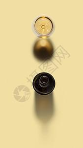 酒精饮料打开的酒瓶杯白酒浅黄色背景与软阴影俯视图葡萄酒,酒精,饮料瓶杯白酒图片