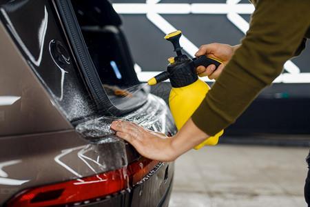 安装涂层保护汽车的油漆免受刮伤车库中的辆详细描述工人的车后防水面详细描述汽车的防水面图片