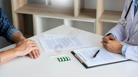 病人在一次咨询中起讨论文书工作时故意倾听一名男医生解释病人的症状或问一个题图片