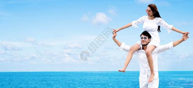 快乐的一对男人在休假时带着女人的脖子和肩膀男人在休假时带着女人的肩膀图片