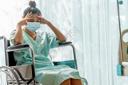 病人在医院戴面罩保护病人免受冠状毒疾或covid19保健和医药概念图片
