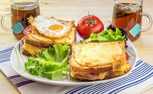 两人的法国早餐两人的早餐美味他们有法国特制食品有croquemad配鸡蛋和croquems先生配有新鲜沙拉和茶图片