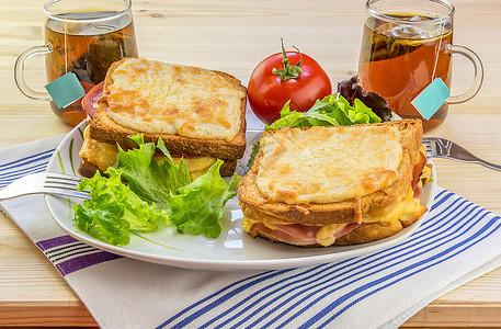 两人的奶酪三明治和油两人的早餐很好吃两人有法国特制食品croquemad配鸡蛋和croquems先生配有新鲜沙拉和茶图片