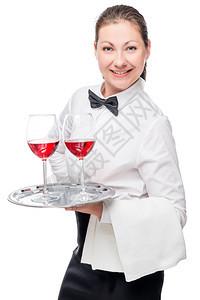 一个女人的肖像一个服务员酒杯白色背景在工作室的白色背景图片
