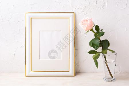 装饰了金色的框架模型以玻璃中的粉红玫瑰为样本用于展示艺术品的空框装饰了金色的框架模型以玻璃中的粉红玫瑰为样本图片
