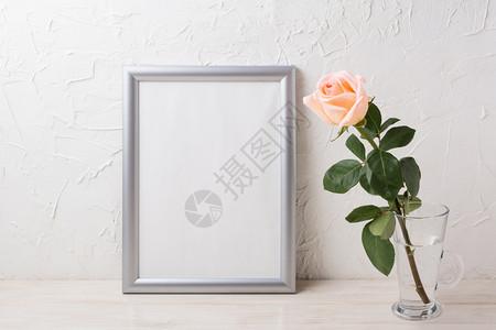 用于展示艺术品的空框银模型玻璃花瓶中含奶油的粉红玫瑰图片