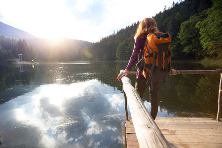 在一个山湖的旅游女孩与喀尔巴阡病乌拉茵图片