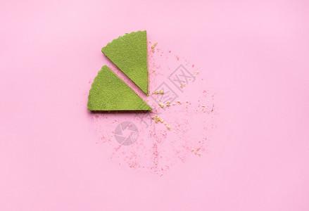 两片红辣椒芝士蛋糕粉红背景芝士蛋糕和红茶粉薄饼芝士蛋糕的最后一块图片