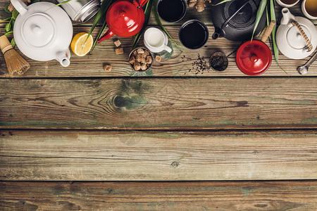 各种茶叶和壶的成分干草药绿茶黑和木制桌底平铺复制空间绿色黑茶和木制桌底的红茶图片