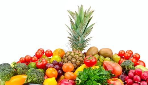 以菠萝为中心将水果和蔬菜与菠萝隔离在白色背景图片