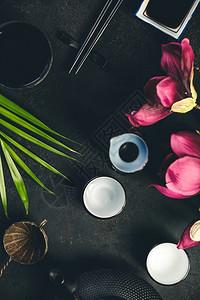 亚洲食物背景红酒绿茶和黑生菜背景的筷子顶视平地亚洲食物背景红茶绿和黑生菜背景的筷子图片