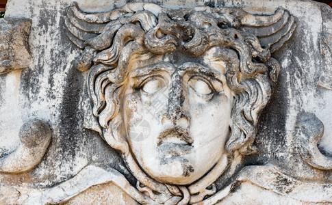 在土耳其艾丁的迪姆阿波罗寺在土耳其艾丁的迪姆马阿波罗寺雕刻了美杜萨头部的石块图片