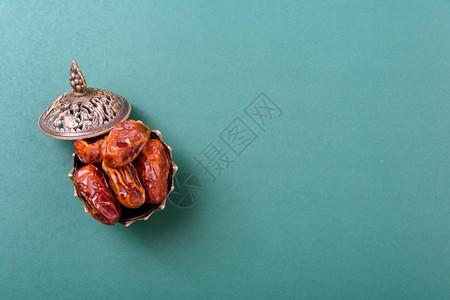 斋月在金碗里约会有阿拉伯的丁金灯绿色黑背景的金灯古典风格图片