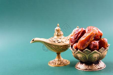 斋月日金碗阿拉伯丁金灯黑色绿背景的金灯古典风格图片