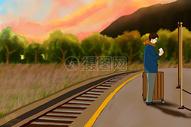 郊外铁路旁站牌前等车的男人图片