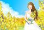 油菜花地里抱花的女孩图片