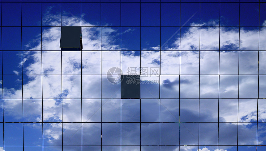反射的蓝天图片