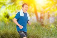 老年户外跑步图片