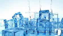 清新凉爽冰块水杯背景图片