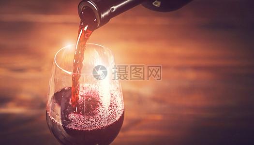 红酒倒出图片