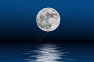 月亮与水中倒影图片