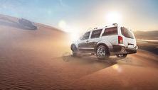 沙漠中的汽车图片
