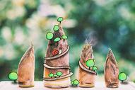 蜗牛爬山创意摄影插画图片