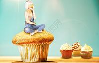坐在蛋糕上的女孩图片